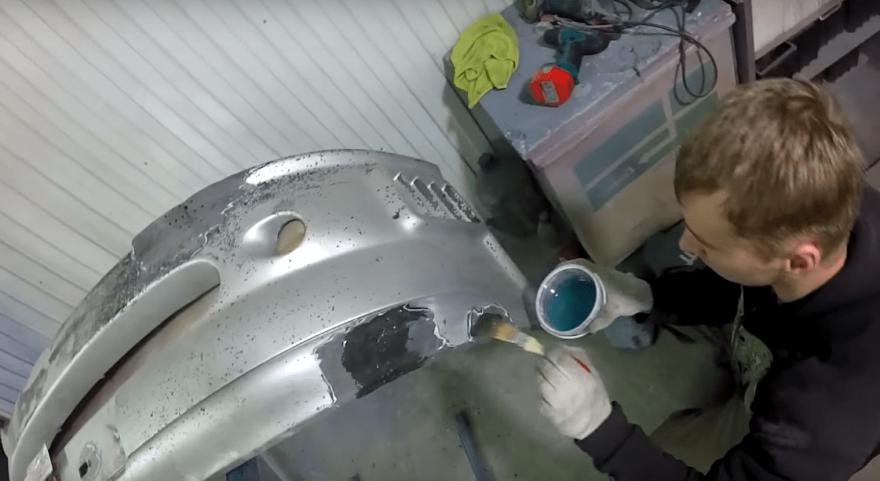 изображен процесс ремонта бампера